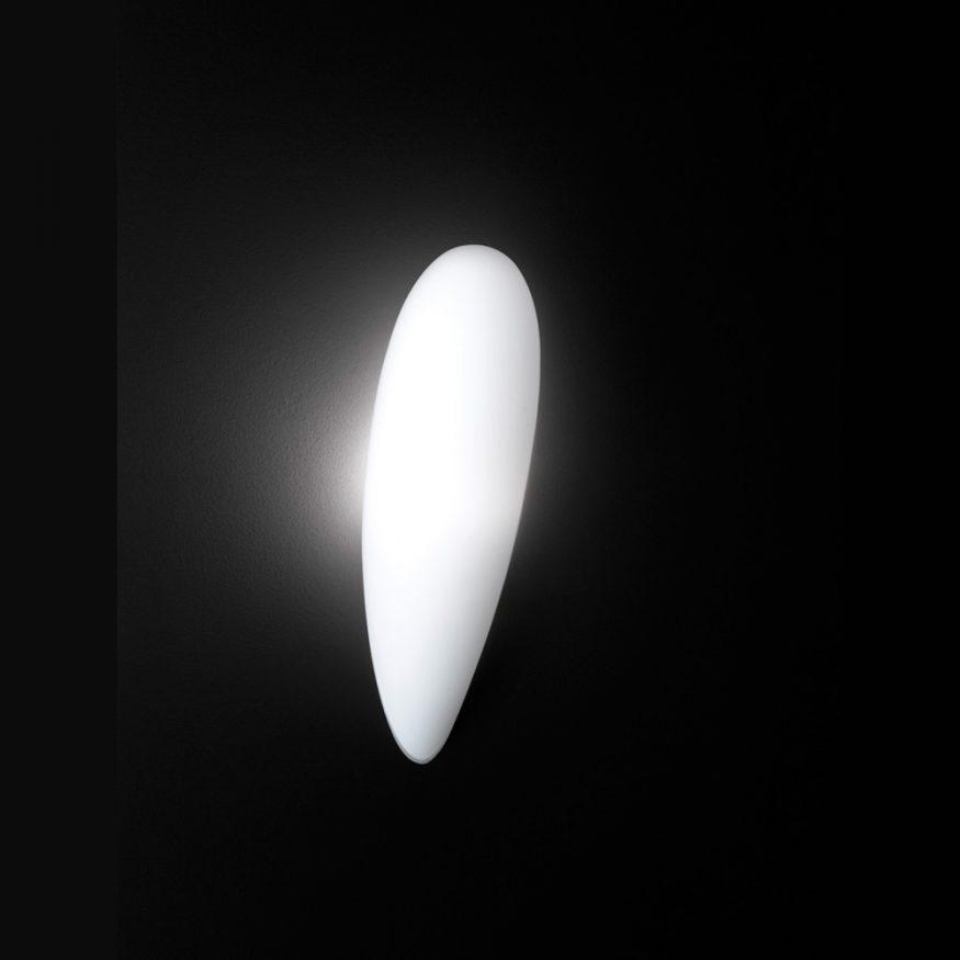 Weisse Wandlampe mit Glasschirm und gutem Licht.